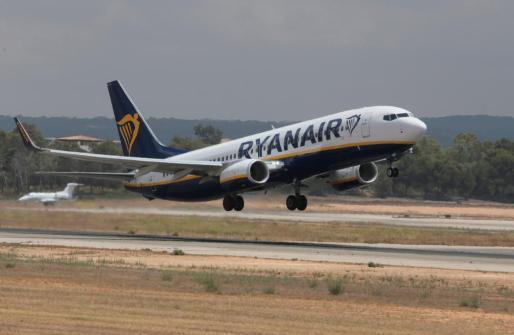 Un avión de Ryanair despegando del aeropuerto de Palma de Mallorca.