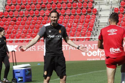 Vicente Moreno da instrucciones a sus jugadores durante un entrenamiento.