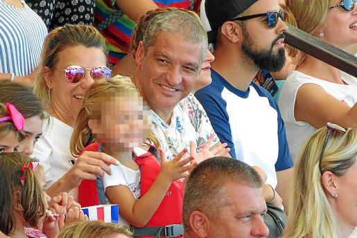 El paparazzi Gustavo Gónzalez y su novia, María Lapiedra, estuvieron en el parque de Marineland viendo el show, acompañados de las hijas de ella.