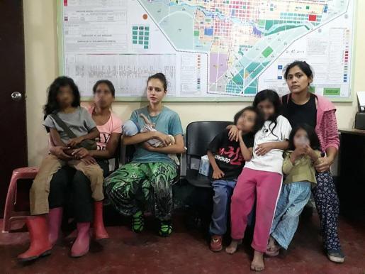 Fotografía modificada digitalmente tomada el 4 de julio de 2018, de la joven española Patricia Aguilar (c) cargando un bebé acompañada por dos mujeres y cuatro menos que también fueron encontrados por la policía en una secta de la ciudad de San Martín, en la región de Junín, en la selva de Perú.