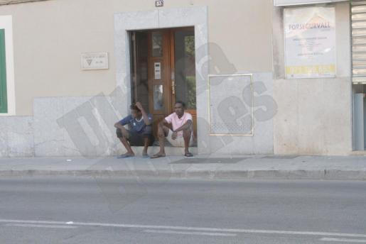 Dos de los refugiados, en la puerta del centro de acogida.