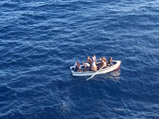 Llega una patera con 11 inmigrantes a Cala Figuera.