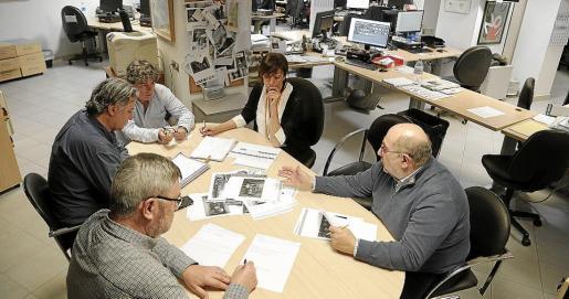 Director, subdirectores y redactores jefe exponen los temas y fotografías durante la reunión de portada en la sede del periódico Ultima Hora en el Paseo Mallorca.