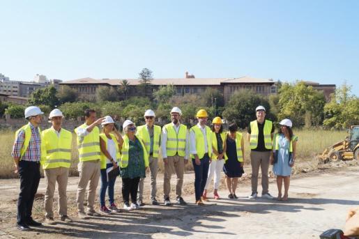El alcalde, en el centro, ha visitado el inicio de las obras del bosque urbano del canódromo de Palma.