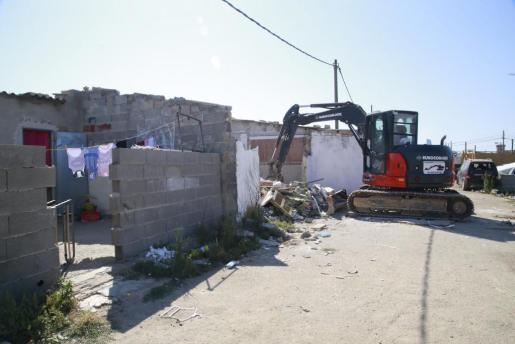 Las excavadoras han tirado ya las tres primera viviendas de Son Banya.