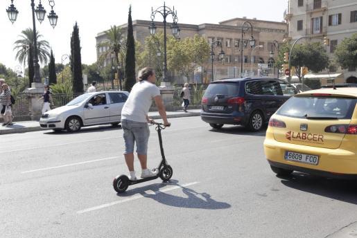 Un hombre, circulando en patinete por Palma.