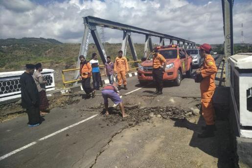 Equipos de emergencias actuando en una carretera afectada por el terremoto.
