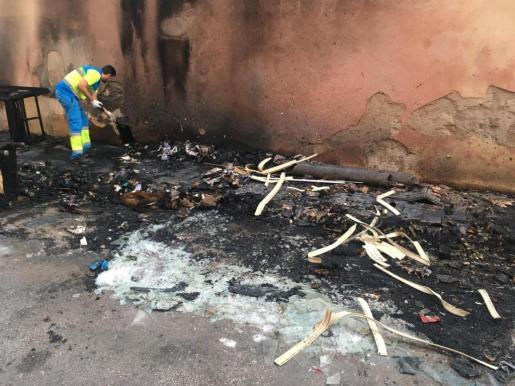 Los servicios de limpieza de Emaya retiran los restos de residuos y objetos quemados.