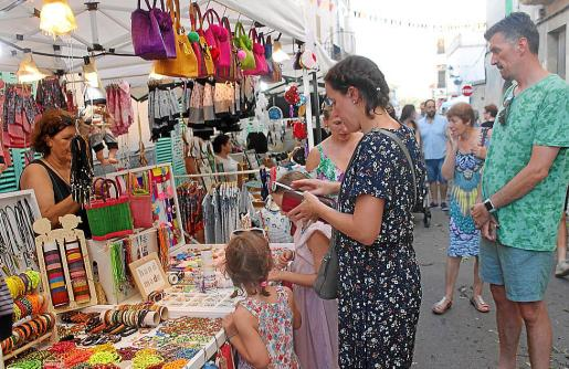 Los turistas se pasearon por el pueblo y compraron artesanía.