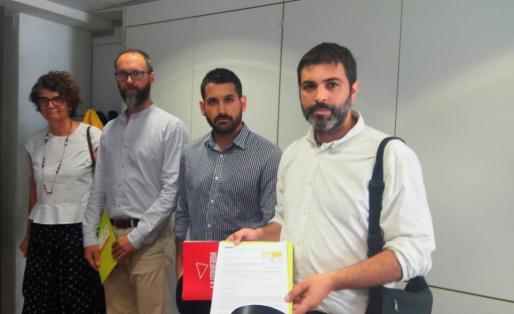 Los diputados, mostrando la Proposición No de Ley (PNL) para la república.
