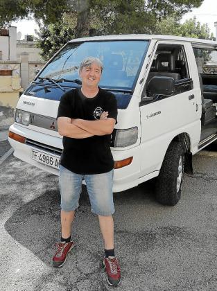 Sobre estas líneas, una imagen de Pepe Albero junto a su furgoneta Mitsubishi L300 con la que disfruta mucho en verano.