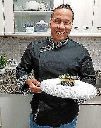 Risotto de arroz negro con bacalao confitado en azafrán y crujiente de tinta de calamar, de Domingo A. Rosa.