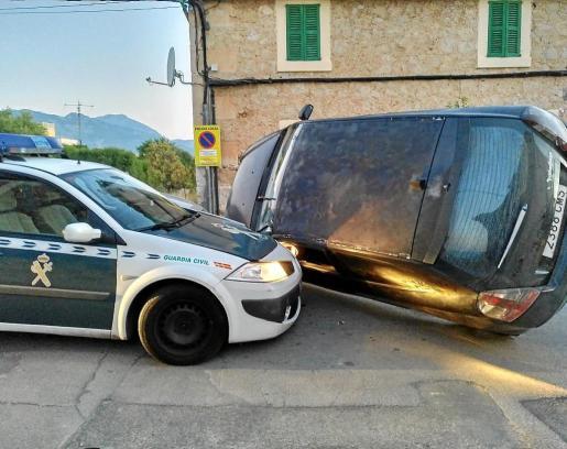 El Fiat Stilo del sospechoso volcó y colisionó contra el coche patrulla de la Guardia Civil.