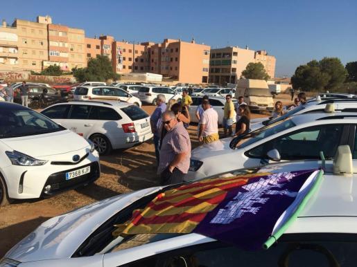 Taxistas de la Part Forana se han reunido frente al Aqualand de Llucmajor para dirigirse hasta el aeropuerto de Palma.