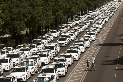 Taxistas bloquean en Madrid el Paseo de la Castellana en esta nueva jornada de huelga.