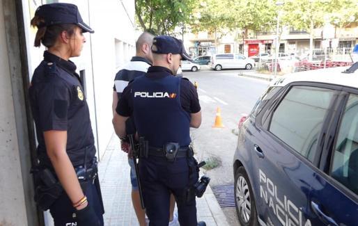 Agentes de la Policía Nacional trasladando al autor de los robos en Manacor.