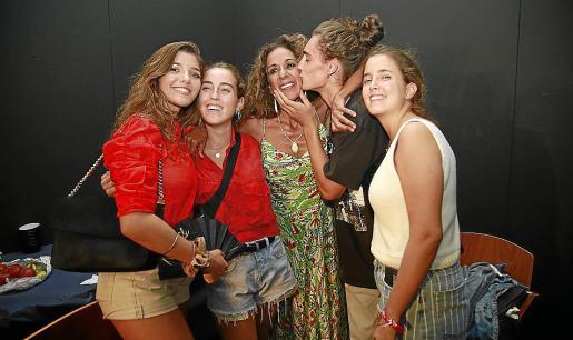 Rosario Flores posa con Blanca Ros, Elena y María Muñoz Hidalgo y Pedro Torres Perelló.