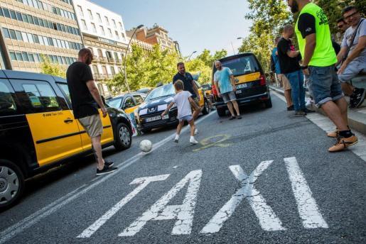 Los taxistas de Barcelona mantienen las concentraciones en el centro de la ciudad.