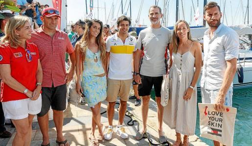 Eva Piera, Xabi Fernández, Ona Carbonell, Carlos Sainz, el Rey, Marta Fernández y Rudy Fernández este martes en el Real Club Náutico de Palma.