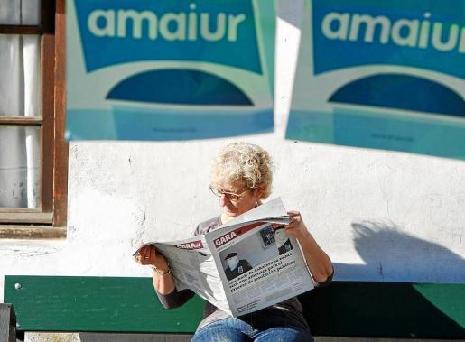 Una mujer lee en Hondarribia (Gipuzkoa) el diario 'Gara', que ayer publicó una entrevista a dos miembros de ETA.