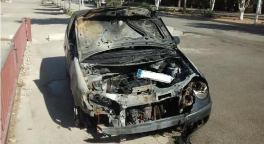 Imagen del coche calcinado.
