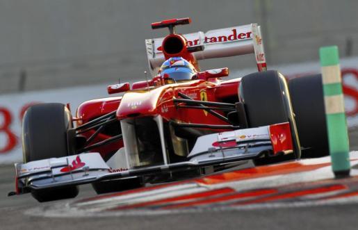 El español de la escudería Ferrari de Fórmula Uno, Fernando Alonso, pilota su monoplaza durante la sesión clasificatoria del Gran Premio de Abu Dabi.