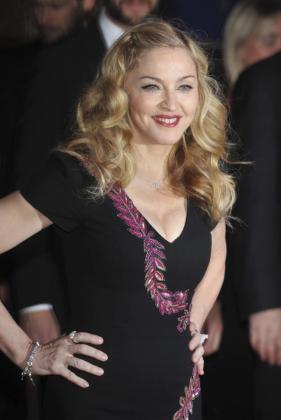 """La artista estadounidense Madonna posa para los medios a su llegada al estreno de su película """"W.E"""" en la 55º edición del Festival de Cine de Londres."""