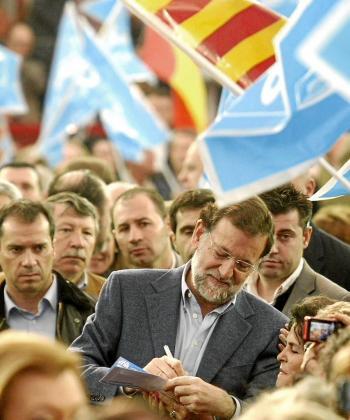 Rajoy, firmando un autógrafo en una abarrotada plaza de toros de Zaragoza.
