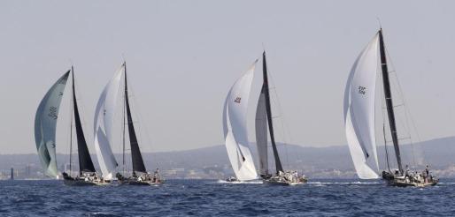 Algunos de los barcos participantes, durante la tercera jornada de regatas de la 37 Copa del Rey de Vela que se disputa en la bahía de Palma.