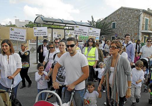 Los participantes realizaron el recorrido con pancartas reivindicativas.
