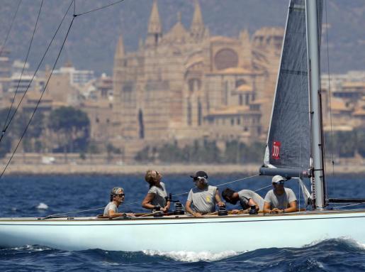 La infanta Elena, izquierda, a bordo del 'Titia' de la clase 6M Clásicos con el que participa en la cuarta jornada de regatas de la 37 Copa del Rey Mapfre de Vela.