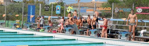 Nadadores profesionales entrenando en la piscina olímpica de la Colònia de Sant Jordi.