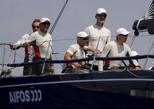 Felipe VI en la caña del 'Aifos 500' en la categoría Swan 50, en el quinto día de la regata Copa del Rey Mapfre.