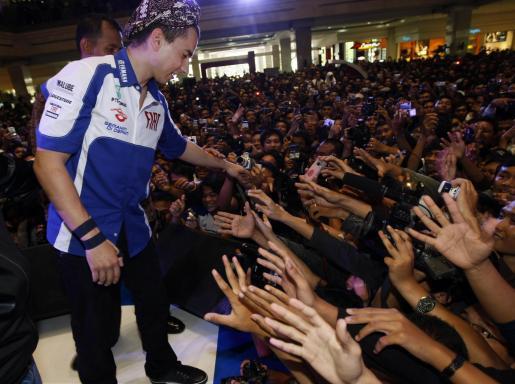 El piloto mallorquín se dio un baño de multitudes en Indonesia en un acto promocional de Yamaha.