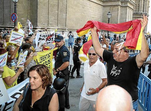 Tensión entre los manifestantes el viernes.