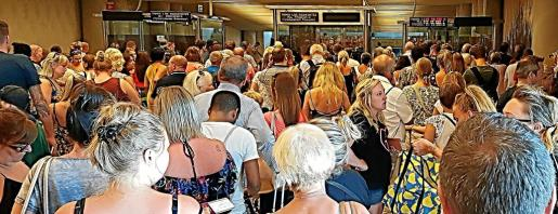 El turismo de borrachera que llega a la Isla es el que acarrea más problemas a los consulados, así como la fiebre del 'balconing' y la oleada de robos a turistas.