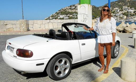 Massetta, en el Puerto de Andratx, junto a su Mazda.