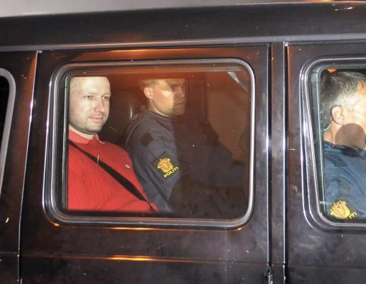 El presunto autor de los atentados de Oslo, Anders Behring Breivik, sale de los juzgados de esta ciudad Noruega, el 25 de julio.