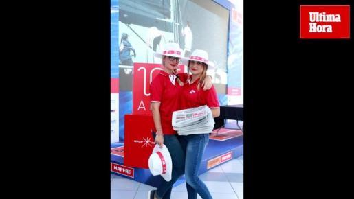 Dos azafatas repartieron diarios y sombreros en la Copa del Rey de Vela con motivo del 125 aniversario de Ultima Hora.
