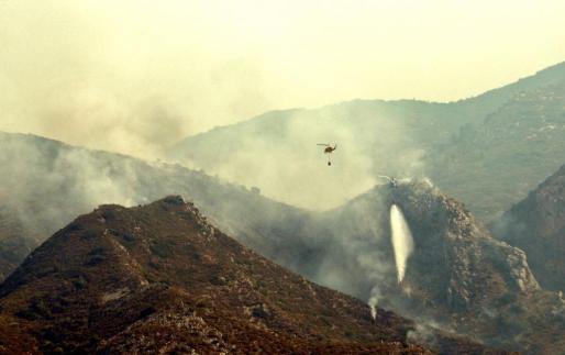 El incendio forestal de Llutxent (Valencia) ha quemado más de mil hectáreas y ha obligado al desalojo de 2.500 personas.