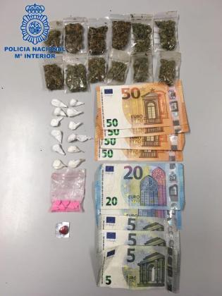 Imágenes del material y dinero incautados a los tres detenidos.
