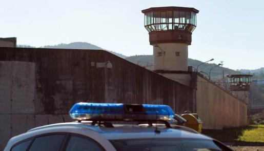 Vista del muro y las torres de vigilancia de la cárcel de Basauri.