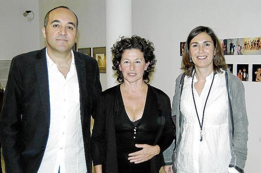 Pere Santandreu y Francisca Niell, de Sa Nostra, acompañan a Mariantònia Oliver.