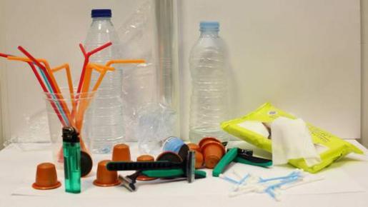 El proyecto elaborado por el Govern prohíbe, entre otros productos, las cápsulas de café, las cañitas para beber, las maquinillas de afeitar de plástico de un solo uso o los bastoncillos de plástico para limpiar los oídos.