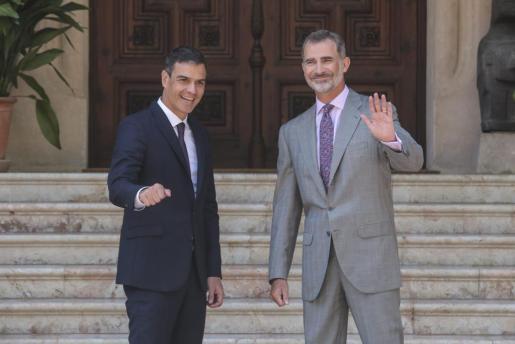El rey Felipe VI junto al presidente Pedro Sánchez en el Palacio de Marivent.