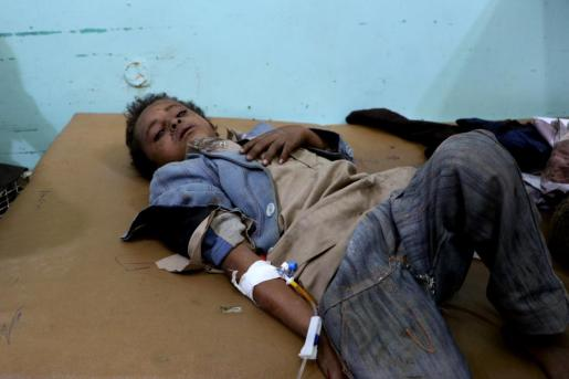 Un niño afectado por el bombardeo es atendido en el hospital de Saada.