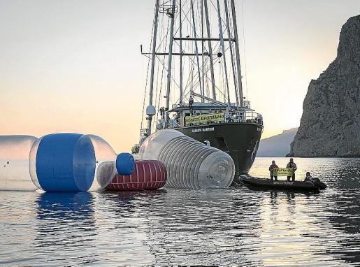 La organización Greenpeace realizó hace unos meses una acción en aguas de Baleares en contra de la proliferación de plásticos en el mar.