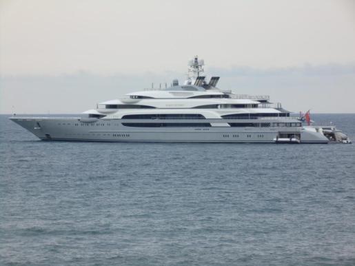 El Ocean Victory, megayate gigante de 140 metros de eslora fondeó este viernes en Mallorca.