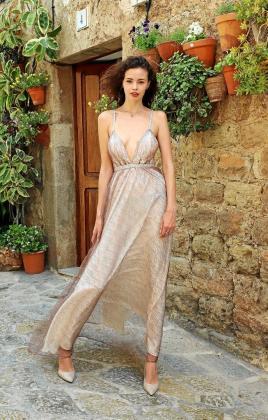 Marija luce en Valldemossa un elegante vestido diseñado por ella.