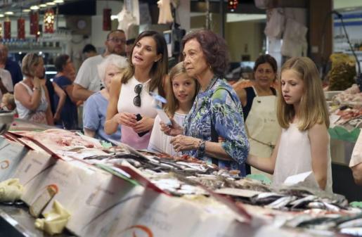 Doña Leticia, doña Sofia, la Princesa Leonor y la Infanta SofÍa en el mercado de Palma.